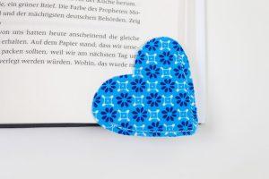 Lesezeichen Geschenk Herzform Blümchen blau weiß