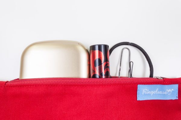 Kosmetiktasche rot Stickerei individualisierbar fair hergestellt
